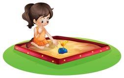 Ein Kleinkind, das draußen spielt Lizenzfreie Stockfotos