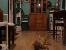 Ein Kleinkind, das seine Glieder auf Musik verschiebt stock footage