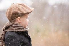 Ein Kleinkindjunge kleidete warmes nach vorn schauen und Lizenzfreie Stockbilder