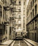 Ein Kleinlaster in einer schmalen Straße Stockfotos