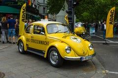 Ein Kleinwagen VW-Käfer in der Farbe ADAC Stockbild