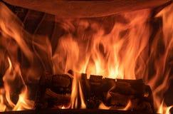 Ein Klotz, der im Kamin brennt lizenzfreie stockfotos