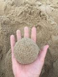 Ein Klumpen des Sandes in der Palme Ihrer Hand lizenzfreies stockbild