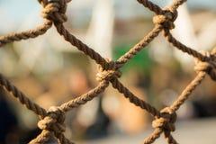Ein Knotenseil mit unscharfem Hintergrund Stockfotografie