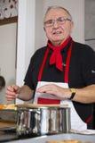 Ein Koch bei der Arbeit Stockfoto