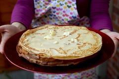 Ein Koch Holding Plate mit Stapel Pfannkuchen Lizenzfreie Stockfotos