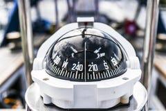 Ein Kompass, eine Vorderansicht von an einer Segeljacht stockfoto