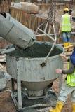 Ein konkreter Eimer, der Beton vom konkreten LKW empfängt Lizenzfreie Stockfotos