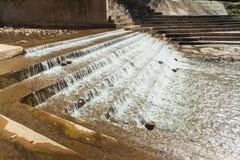 Ein konkretes Wehr blockiert den Fluss, um Wasser f?r die Landwirtschaft und Verbrauch zu speichern stockfotos