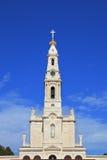 Ein Kontrollturm, überstiegen durch ein Kreuz stockbild