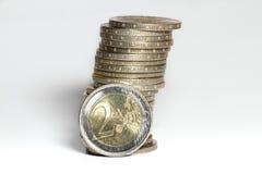 Ein Kontrollturm mit zwei Euromünzen Stockfotos