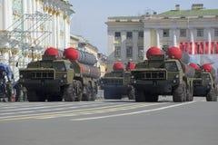 Ein Konvoi von Raketenwerfern S-300PM im Marsch auf dem Palastquadrat Lizenzfreie Stockbilder