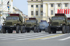 Ein Konvoi von Raketenwerfern von Salvenfeuer BM-21-1 Absolventen St Petersburg Lizenzfreie Stockfotos