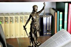 Ein Konzept Bild einer Gerechtigkeitsstatue Lizenzfreies Stockfoto