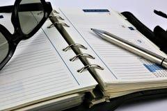 Ein Konzept Bild eines Planers mit Gläsern und einem Stift stockfotos