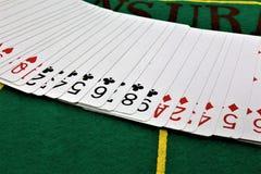 Ein Konzept Bild einiger Pokerkarten in einem Kasino Stockbild