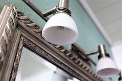 Ein Konzeptbild einer Lampe und des Spiegels - Innenarchitektur stockfotografie