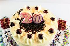 Ein Konzeptbild eines Geburtstagskuchens mit Kerze - 20 Lizenzfreies Stockbild