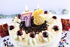 Ein Konzeptbild eines Geburtstagskuchens mit Kerze - 75 Lizenzfreie Stockfotos