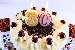Ein Konzeptbild eines Geburtstagskuchens mit Kerze - 80 Lizenzfreies Stockfoto