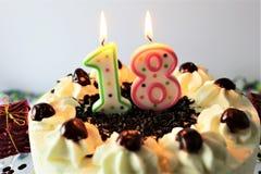 Ein Konzeptbild eines Geburtstagskuchens mit Kerze - 18 Lizenzfreie Stockfotografie