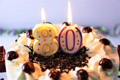 Ein Konzeptbild eines Geburtstagskuchens mit Kerze - 80 Stockfotografie