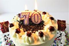 Ein Konzeptbild eines Geburtstagskuchens mit Kerze - 70 Lizenzfreie Stockbilder