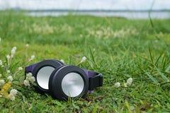 Ein Kopfhörer auf dem Gras Lizenzfreie Stockfotografie