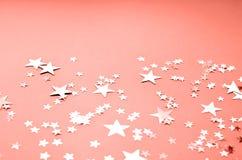 Ein korallenroter farbiger Hintergrund mit vielen glänzenden Sternen