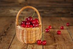 Ein Korb gefüllt mit frischen roten Kirschen Lizenzfreie Stockbilder