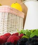 Ein Korb, Gemüse und Zitronen lizenzfreies stockbild