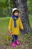 Ein Korb Grasleutebaumbetriebsgrün-Personenblume des Blumenwaldkindheitsschönheitsporträtfrühlinges der älteren wenig glückliches Lizenzfreie Stockfotos