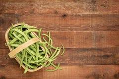 Ein Korb von frischen grünen Bohnen Lizenzfreie Stockfotos