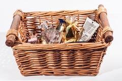 Ein Korb von Parfümen und von Schönheitspflege-Produkten Lizenzfreies Stockbild