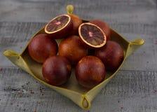 Ein Korb von roten Orangen stockbilder