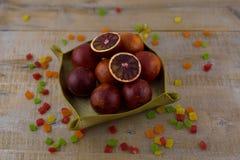 Ein Korb von roten Orangen stockbild