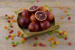 Ein Korb von roten Orangen lizenzfreies stockfoto