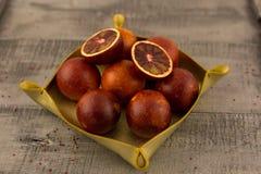 Ein Korb von roten Orangen stockfotografie