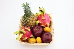 Ein Korb von tropischen Früchten Lizenzfreie Stockfotografie