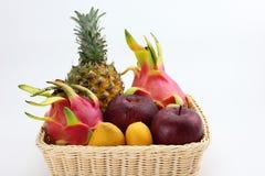 Ein Korb von tropischen Früchten Stockfoto
