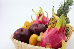 Ein Korb von tropischen Früchten Lizenzfreies Stockbild