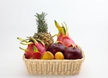 Ein Korb von tropischen Früchten Lizenzfreie Stockbilder