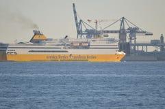 Ein Korsika setzt Sardinien-Fähren versenden im Mittelmeer über stockfotografie