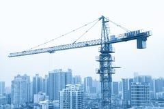Ein Kran im konstruierenden Standort, Guangzhou-Wohngebiet herein Lizenzfreie Stockfotos