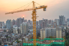 Ein Kran im konstruierenden Standort, Guangzhou-Wohngebiet herein Stockfotos
