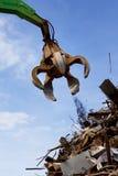 Ein Krangrabscher, der ein Metall lädt Stockfotos