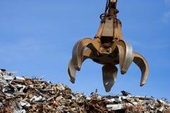 Ein Krangrabscher oben auf dem Metallhaufen Stockfoto