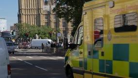 Ein Krankenwagen beschleunigt durch Parlaments-Quadrat stock video footage