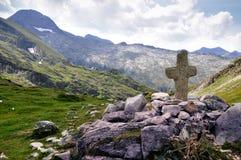 Ein Kreuz an der Spitze des Berges Stockbilder