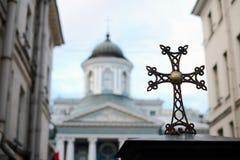 Ein Kreuz vor blauer Kirche Stockfotos